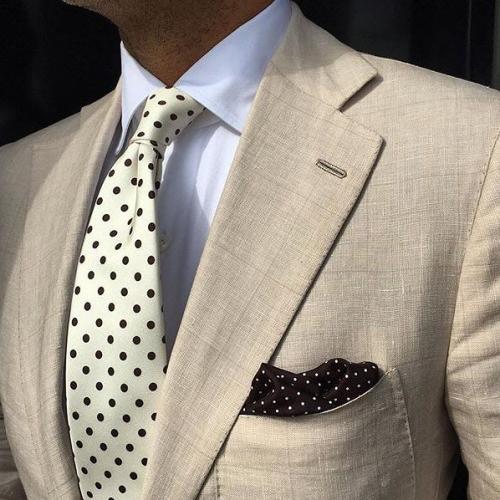 結婚式に使えるベージュスーツと白ネクタイ