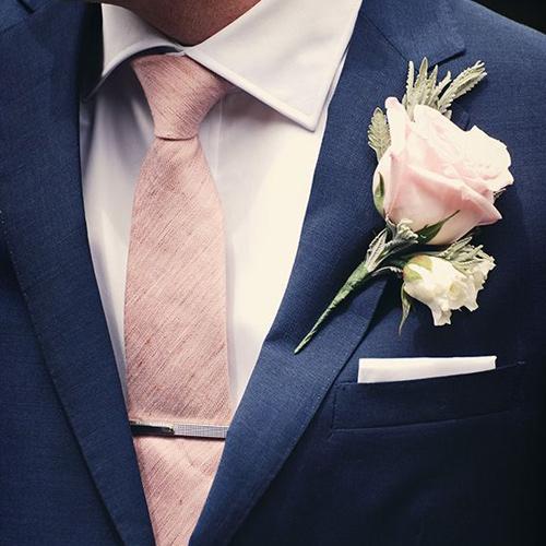 ピンクネクタイと紺のジャケット1