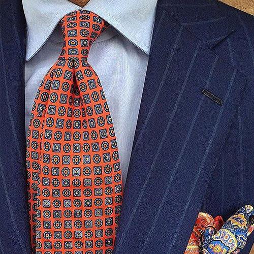 オレンジ小紋ネクタイと紺スーツ