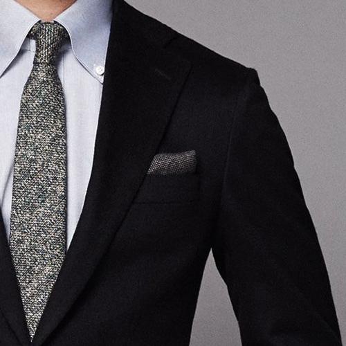 グレーシャツとグレーネクタイ