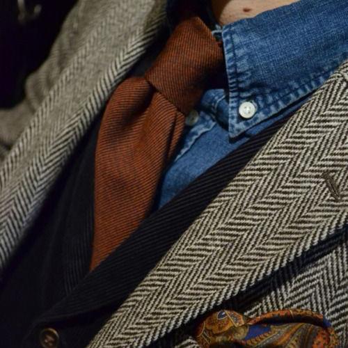 茶色ネクタイとデニムシャツ