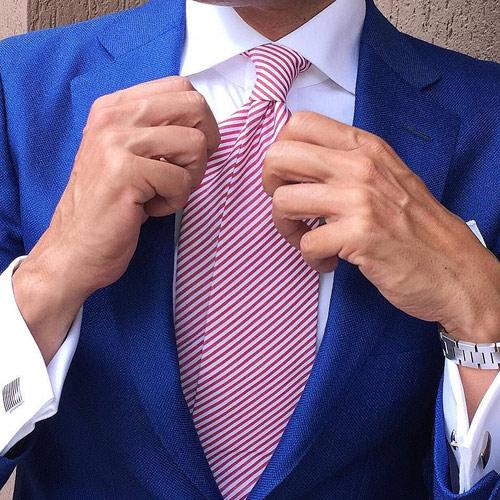 ブルースーツと赤ストライプネクタイ