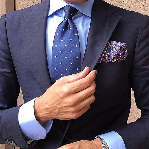 ブルーシャツと紺ドットネクタイ