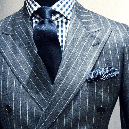 チェックシャツと紺ネクタイ