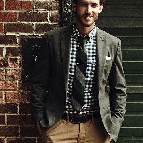 チェックシャツと緑ストライプネクタイ