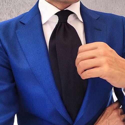 ブルースーツと黒ネクタイ