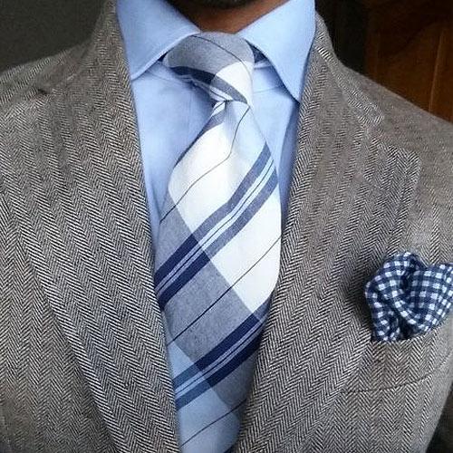 ブルーシャツとチェックネクタイ