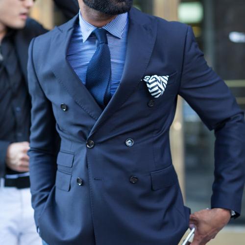 ブルーシャツと紺ネクタイ