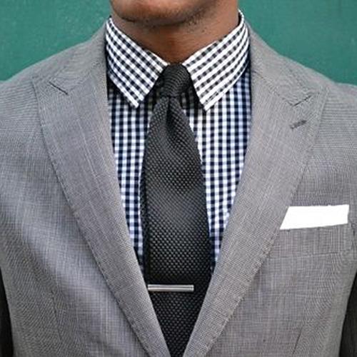 チェックシャツとグレーネクタイ