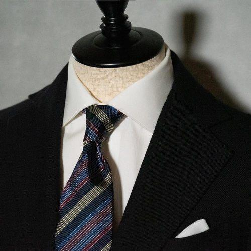 黒スーツに合うストライプネクタイ