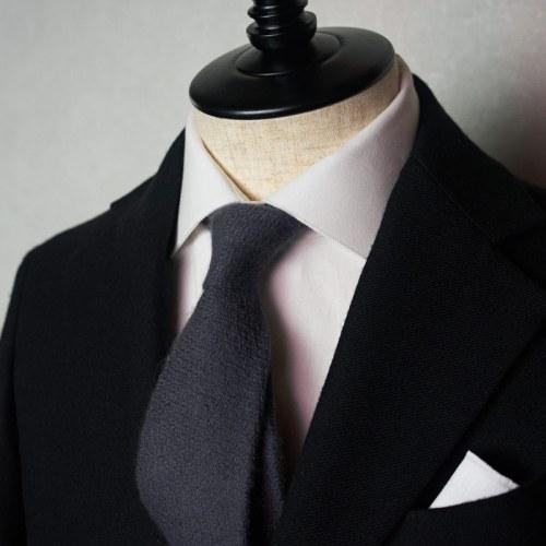 黒スーツに合うグレーネクタイ