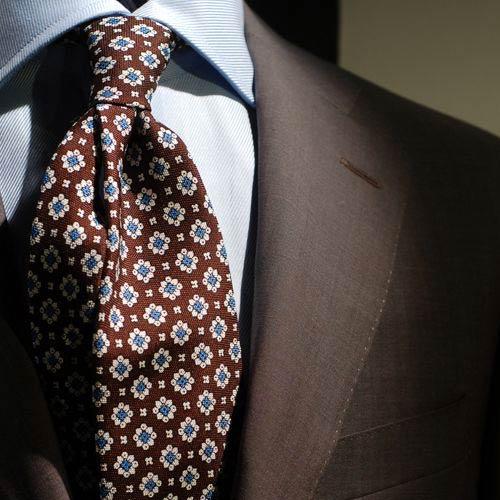 ブラウンネクタイとブラウンスーツ