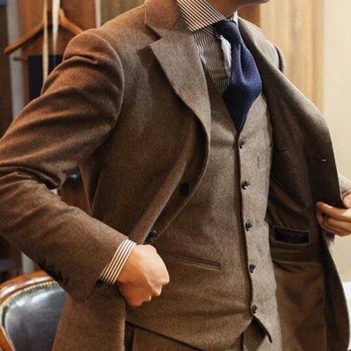 紺の小紋ネクタイとブラウンスーツ