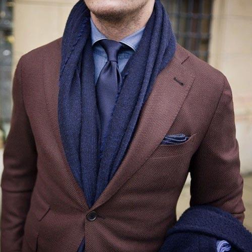 紺ネクタイとブラウンスーツ