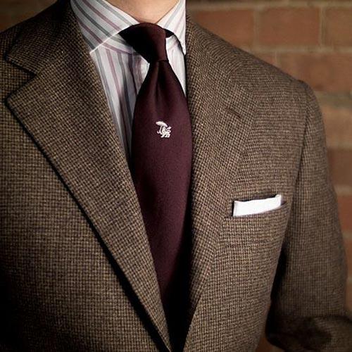えんじネクタイとブラウンスーツ