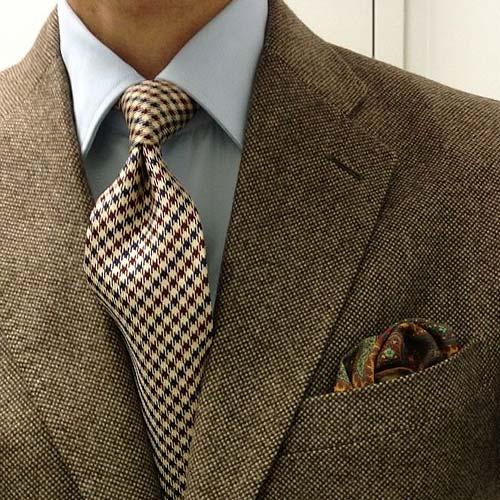 チェックネクタイとブラウンスーツ