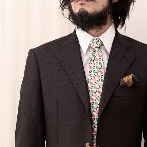 ツンドラの小紋ネクタイとブラウンスーツ