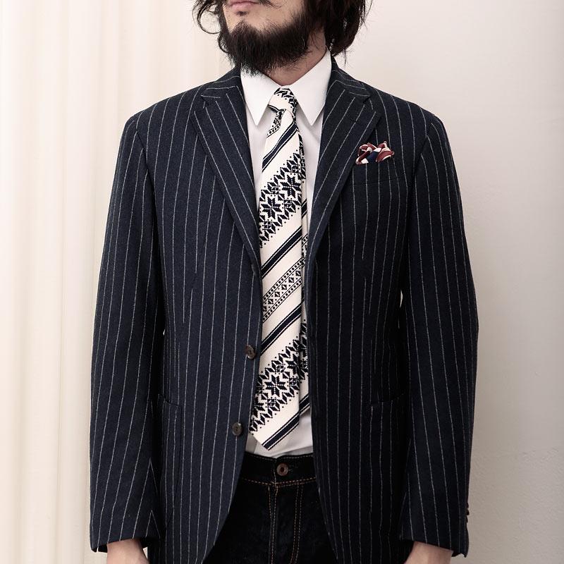 ツンドラのネクタイとストライプジャケット