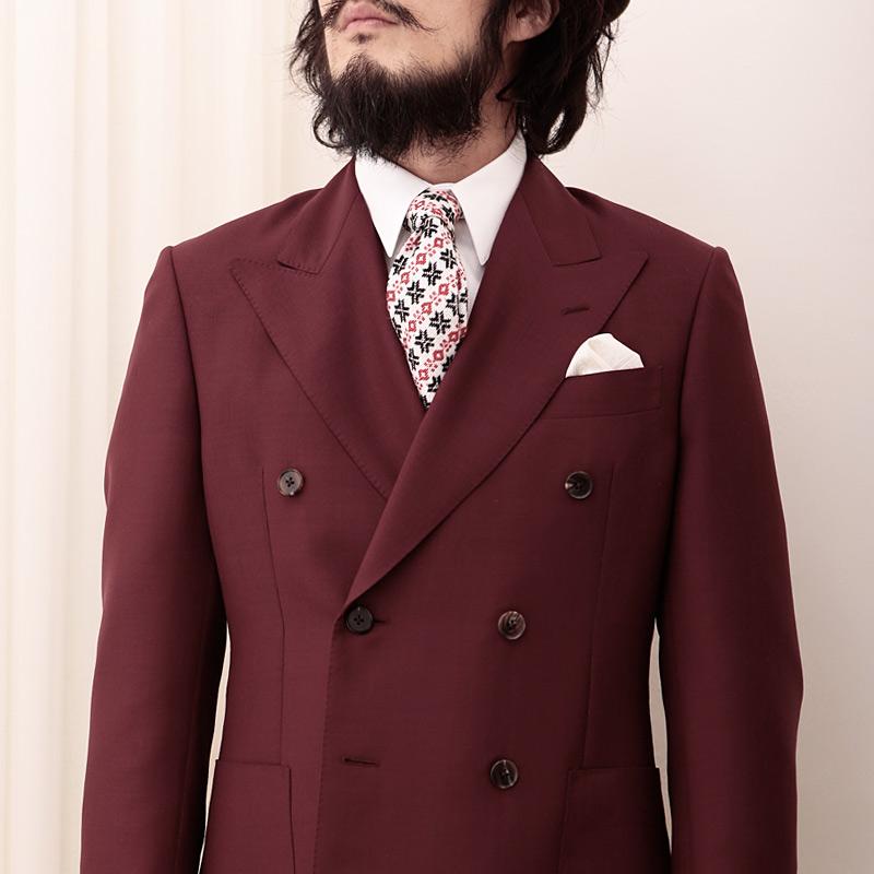 ツンドラのネクタイとえんじジャケット