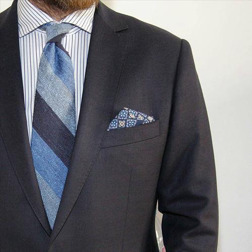 グレースーツと紺ネクタイ3