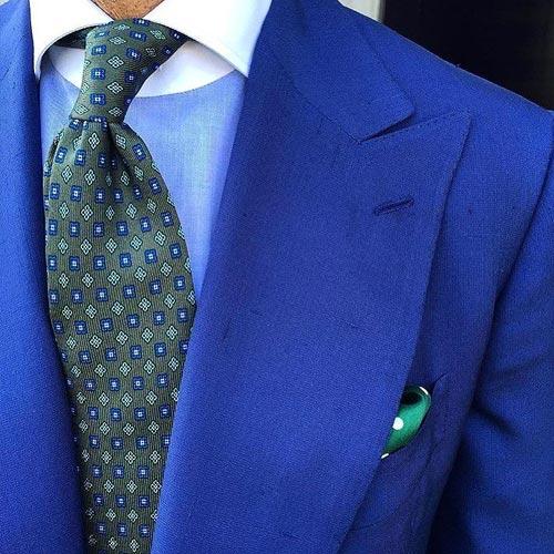 ブルースーツに合う緑ネクタイ