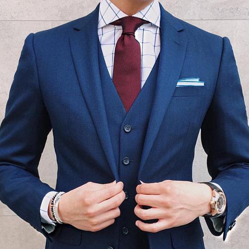 ブルースーツに合うえんじネクタイ