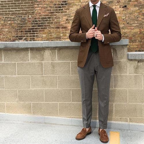 ブラウンスーツに合うグリーンネクタイ