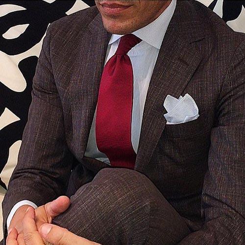 ブラウンスーツに合うえんじネクタイ