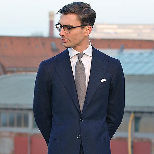 紺のスーツに合うグレーネクタイ1