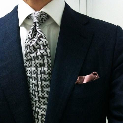 紺のスーツに合うグレーネクタイ2