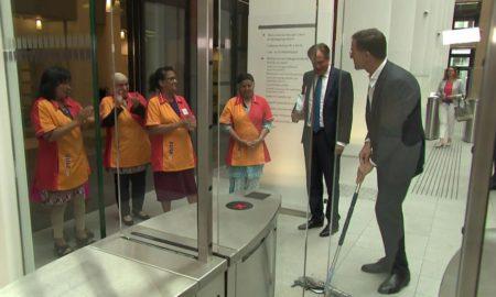 """Résultat de recherche d'images pour """"president néerlandais nettoie le sol"""""""
