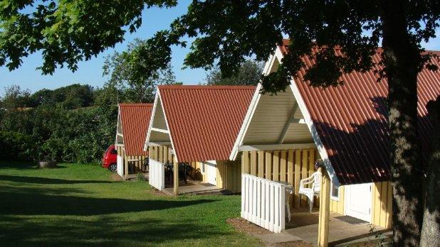 Håndværkerne benytter også campingpladsens hytter. Og det er vigtigt i lavsæsonen. (Foto: Hjarbæk Fjord Camping)