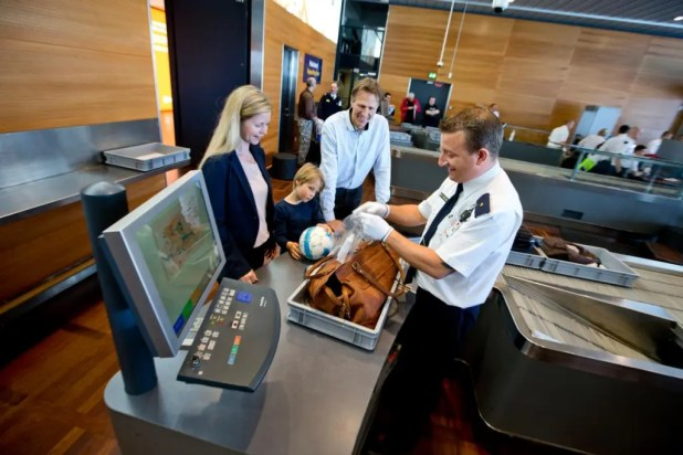 """Påsketrafik: Op mod 1 million passagerer vil benytte Københavns Lufthavn i påsken. Rejsen gennem lufthavnen bliver dog meget nemmere, hvis man også selv forbereder sig hjemmefra på særligt check-in og turen gennem sikkerhedskontrollen,"""" siger passagerchef i Københavns Lufthavn, Thomas Hoff Andersson"""