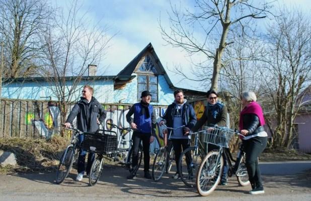 Udveksling af synspunkter om eksempelvis forskellige måder at leve på – her med udgangspunkt i Christiania – er en stor del af turen Go Local the Active Way. (Foto: Julie Lindegaard Larsen / Active Copenhagen)