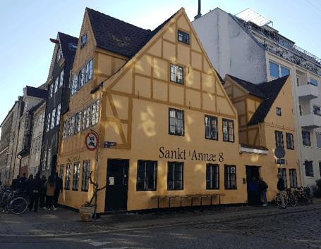 Huset på Christianshavn er nu bl.a. en restaurant men var tidligere barndomshjem for den islandske turist Ingunns mor og morbror. (Foto med tilladelse fra ejer)