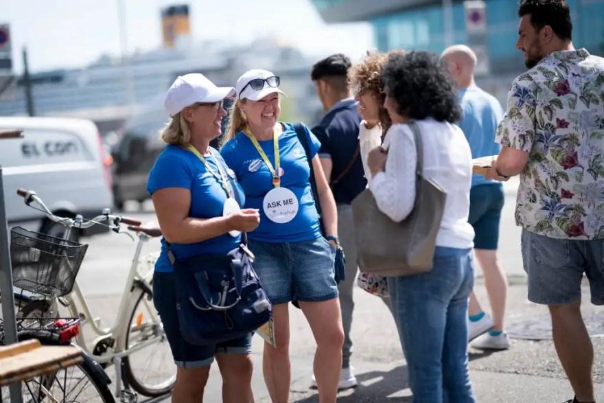 Opgaven med at tage imod krydstogtgæster i havnen er populær. Her byder Kirsten Myllerup Pallesen (tv) og Mariane Bech Nedergaard velkommen.