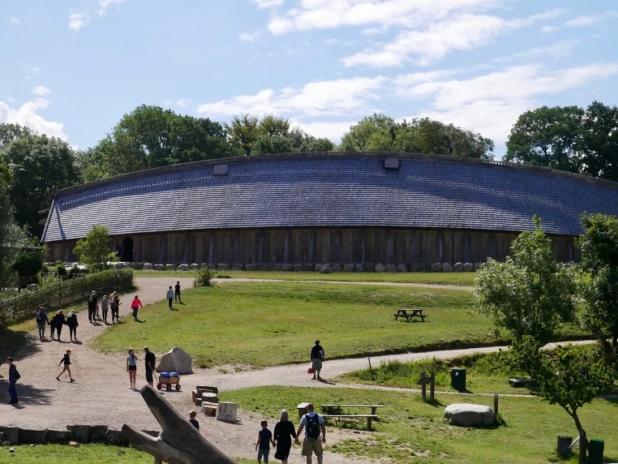 Kongehallen i Sagnlandet Lejre åbnede i juni - og det har været medvirkende til et stort rykind af gæster i løbet af sommeren. (PR-foto: Sagnlandet)
