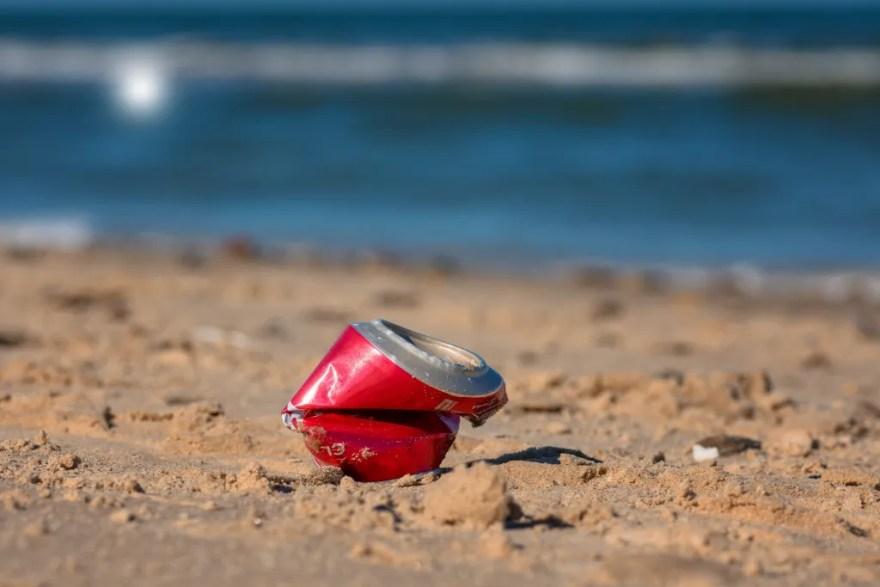 Affald skal væk fra de danske strande (Arkivfoto).