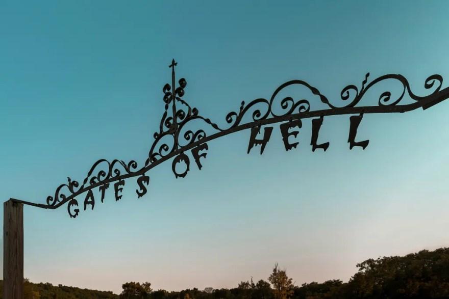 Porten til det lille helvedes samfund, 'Gates of Hell'. (Foto: Airbnb)