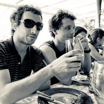Echar las once o tomar los vinos con amigos viajar por Extremadura