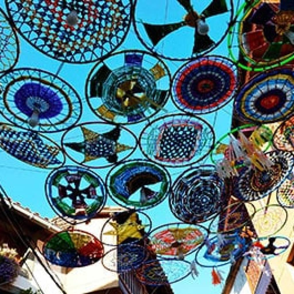 Parasoles de ganchillo en Valverde de la Vera rincones llenos de color en Extremadura
