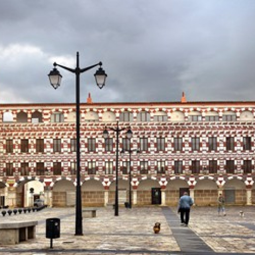 Plaza-alta-badajoz-pinturas-geometricas-ciudad-islamica