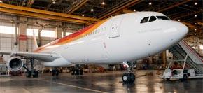 Iberia le dedica su último avión a Placido Domingo
