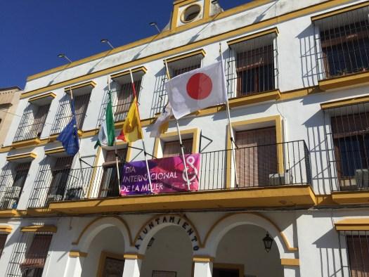 ayuntamiento de coria del río con la bandera de japón