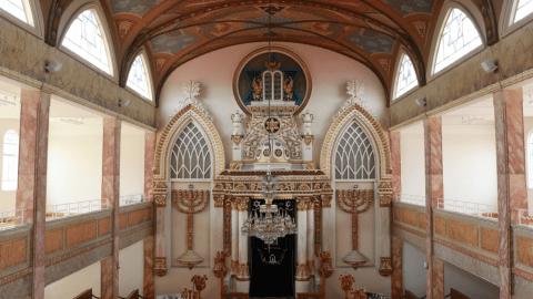 sinagoga justo sierra El espacio que resguarda los rollos de la Torá, tiene elementos del arte folclórico típico de las aldeas judías de Polonia, Lituania y Rusia. El velo de la puerta es de un hermoso azul intenso.