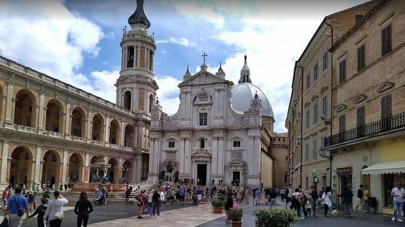 Piazza della Madonna y detras la entrada al Santuario de Nuestra Señora de Loreto