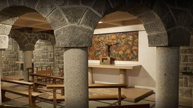 la iglesia Notre-Dame-de-All-Grâce. Este atrevido proyecto arquitectónico, iniciado en 1938, rompe por completo con el estilo sulpiciano en saboya