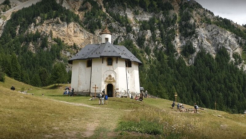Notre-Dame-des-Vernettes se halla al pie de la Aiguille Grive, para llegar hay que realizar una caminata, de dificultad baja, de unos treinta minutos.