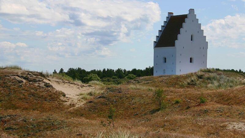 la iglesia cubierta de arena turismo religioso