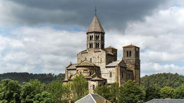 """Hoy en día, cinco iglesias de Puy-de-Dôme se conocen como """"iglesias principales"""", que ilustran maravillosamente la perfección clásica el arte románico en Auvergne."""